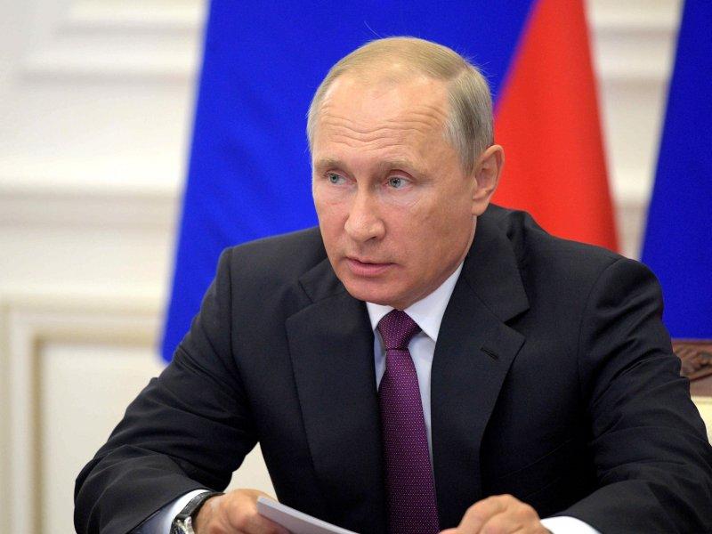 Путин поручил увеличить размер больничных родителям детей до семи лет
